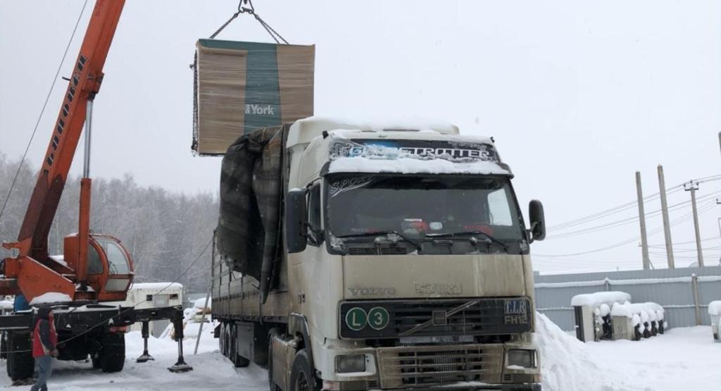Погрузка чиллера при выкупе в Москве